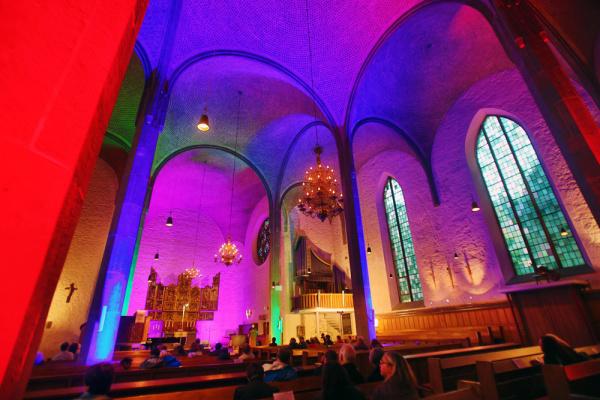 Bunt leuchtet die Kirche von innen nur einmal jährlich zu den Nachtansichten